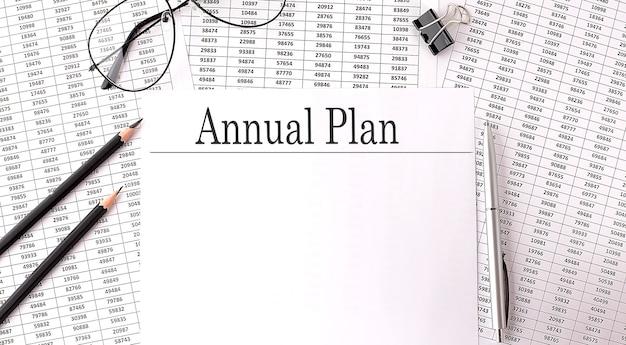 Dokumenty z tekstem, plan roczny na stole, koncepcja biznesowa.
