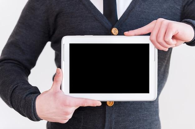 Dołącz do ery cyfrowej! przycięty obraz mężczyzny w stroju formalnym trzymającego cyfrowy tablet stojący na szarym tle
