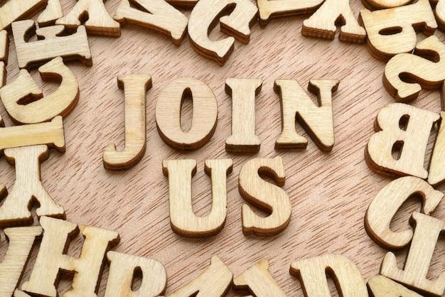 Dołącz do nas słowa wykonane drewnianymi literami