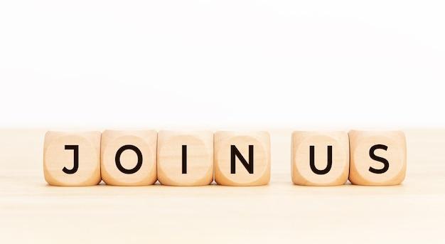 Dołącz do nas słowo na drewnianym bloku. rejestr rekrutacyjny zespołu koncepcja rekrutacji członkostwa.