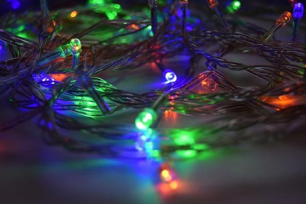 Dołączona girlanda leży na podłodze koncepcja nowego roku i świąt