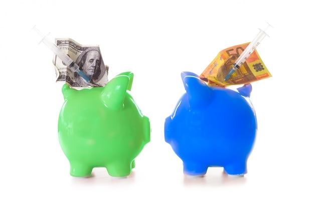 Dolar i banknoty euro i strzykawki wystające ze skarbonki