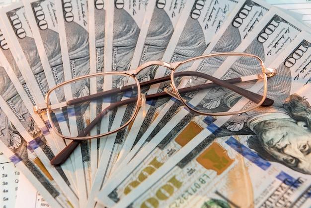 Dolar leżący na nas formularz podatkowy z piórem. koncepcja podatku