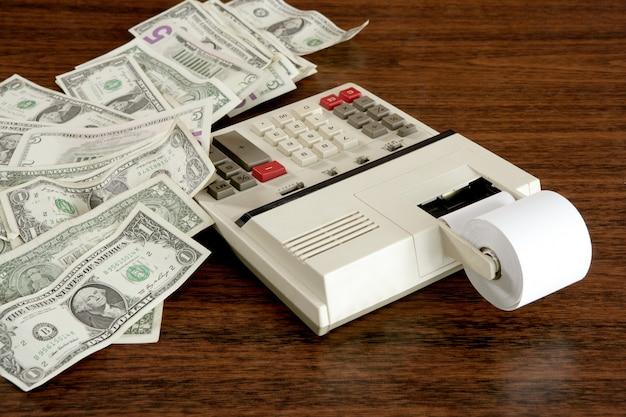 Dolar notatki kalkulatora księgowego rocznika biuro