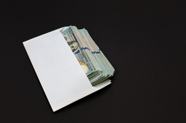 Dolar pieniądze w kopercie na czerni