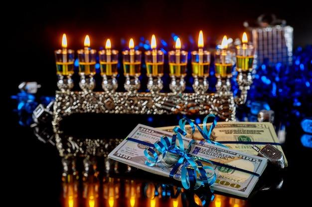Dolar, prezent gotówkowy z płonącą menorą na chanukę. święto żydowskie.