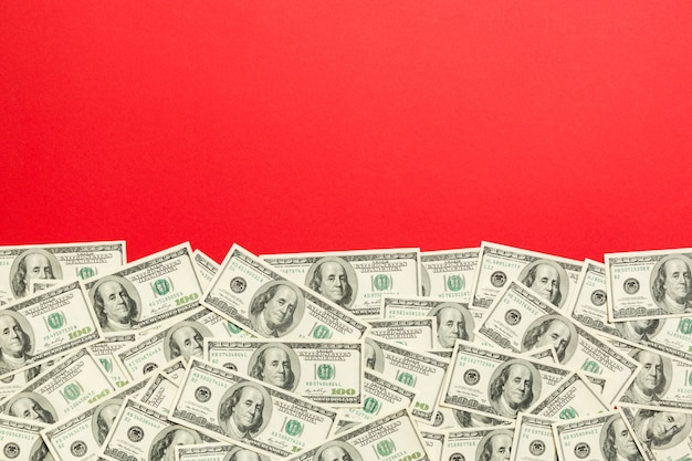 Dolar rachunki a na jasnym kolorowym tle. miejsce, widok z góry koncepcja biznesowa