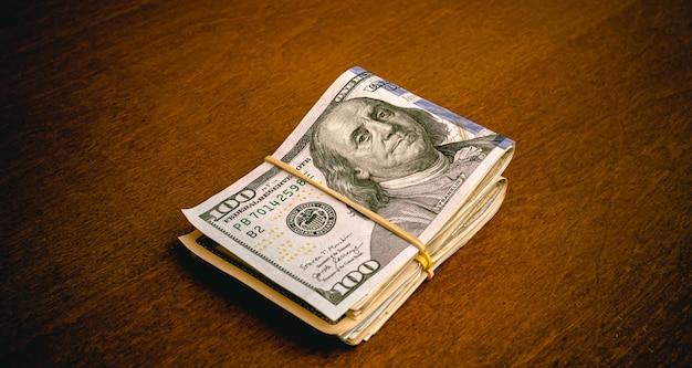 Dolar usd dolar amerykański na drewnianym stole