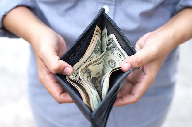 Dolar w czarnym portfelu