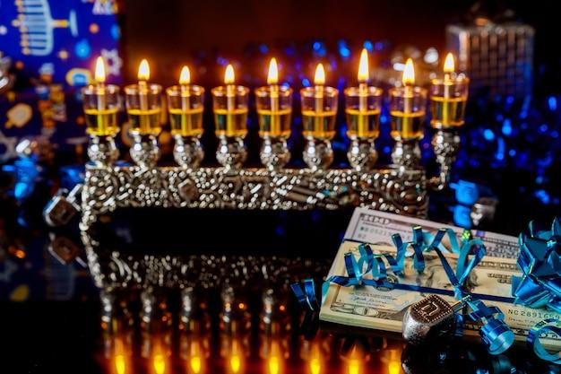 Dolar z płonącą menorą z odbiciem na chanukę. święto żydowskie.