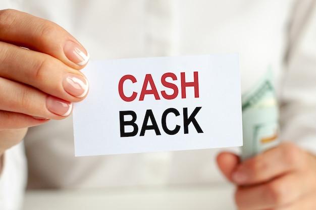Dolarów, biały notatnik arkusz na białym tle. tekst cash back. koncepcja finansów i ekonomii. pojęcie finansów.