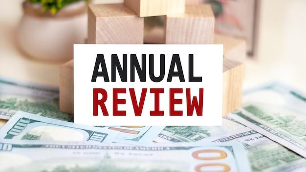 Dolarów i znak, na którym jest napisany roczny przegląd, koncepcja finansów i ekonomii.