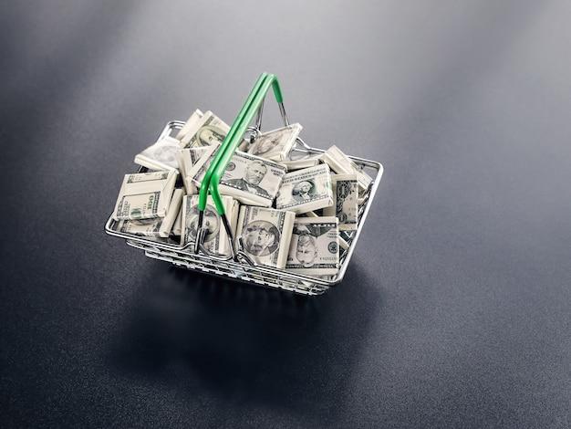 Dolarowe rachunki pieniężne w koszyku