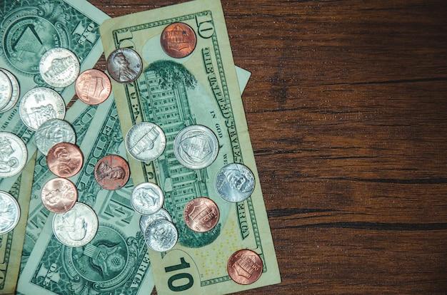 Dolarowy rachunek z monetą na odgórnym widoku