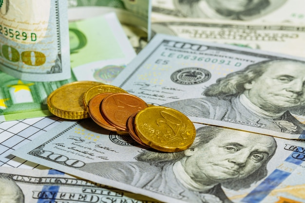 Dolary amerykańskie i banknoty euro. monety pieniądze. waluta. gotówkowy. tło z pieniędzmi.