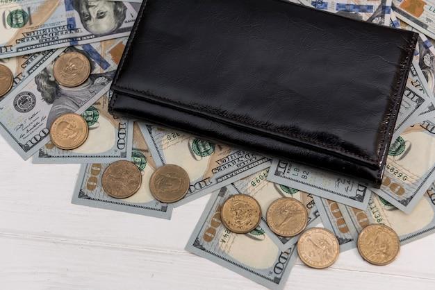 Dolary amerykańskie i centy w ciemnym skórzanym portfelu. koncepcja finansowa firmy.