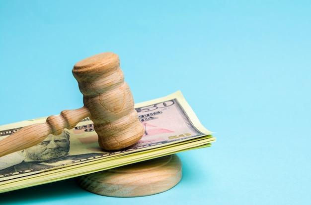 Dolary amerykańskie i młotek / młotek sędziego. pojęcie korupcji w państwie i rządzie