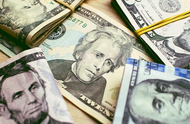 Dolary amerykańskie na drewnianym stole w fotografii zbliżeniowej