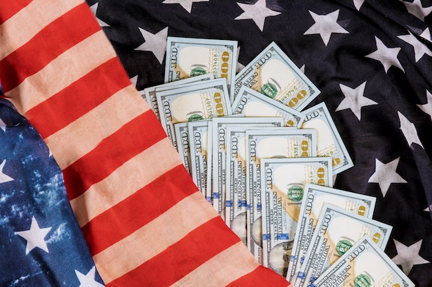 Dolary amerykańskie rachunki na tle flaga usa