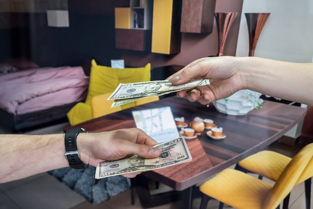 Dolary amerykańskie w rękach po udanej umowie najmu. słodki dom