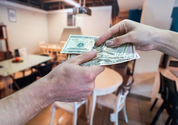 Dolary amerykańskie w rękach po udanej umowie najmu
