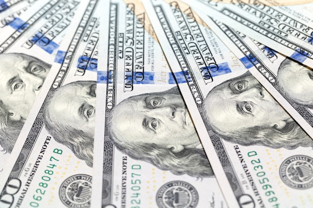 Dolary amerykańskie, zbliżenie - sfotografowany szczegół nowe dolary amerykańskie razem wzięte