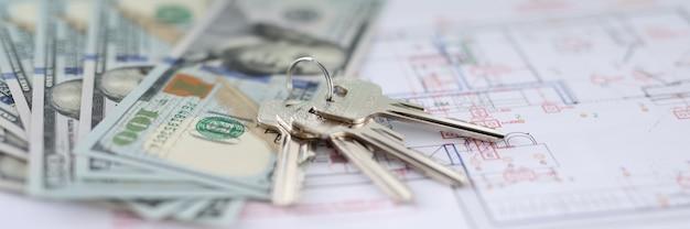 Dolary i klucze leżące na planie mieszkania zbliżenie rozwój projektów projektowych dla