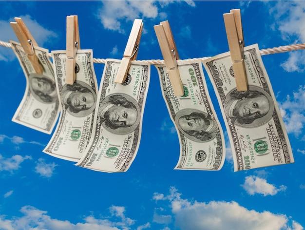 Dolary na linii z szpilkami do ubrań na tle nieba