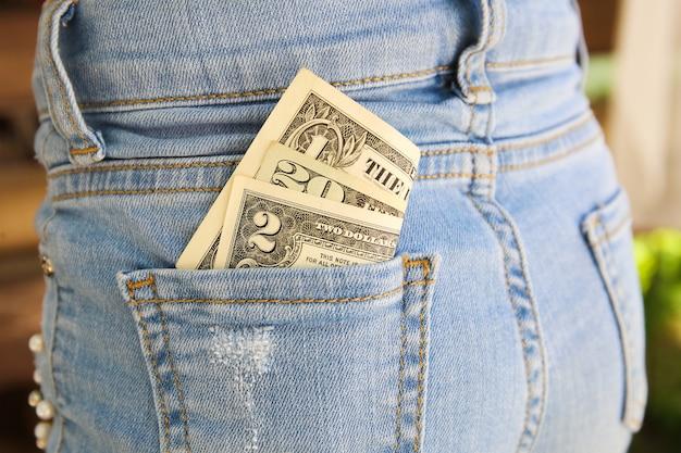 Dolary w kieszeni jeansów.