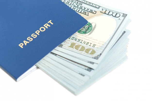 Dolary w paszporcie odizolowywającym na bielu. zagraniczny paszport z banknotem. bezpłatny przejazd do europy bez wizy. pojęcie turystyki. wolne miejsce na tekst