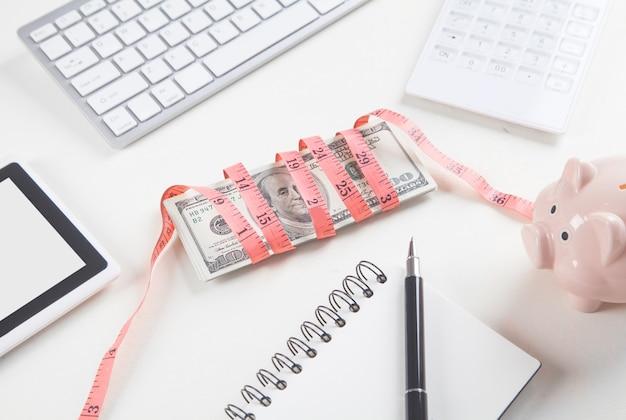 Dolary z miarką na biurku biznesowym.