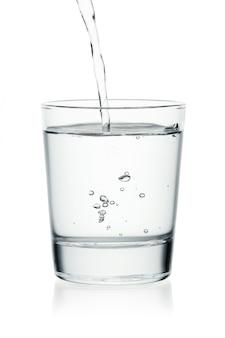 Dolewanie woda na szkle odizolowywającym na bielu