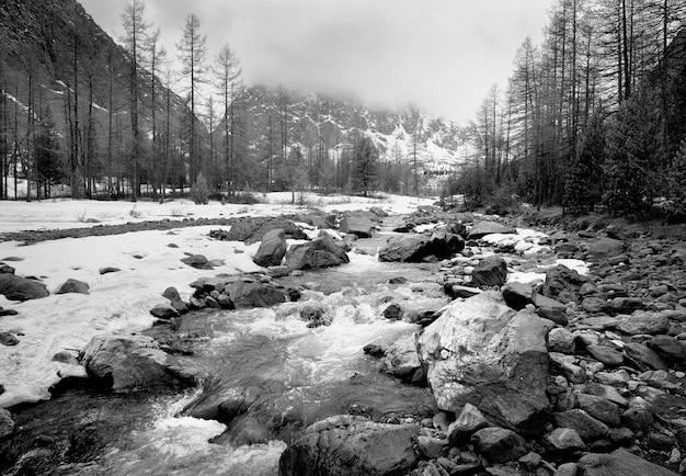 Dolina aktru w górach ałtaj skały i kamienie otoczone wysokimi górami pokryte