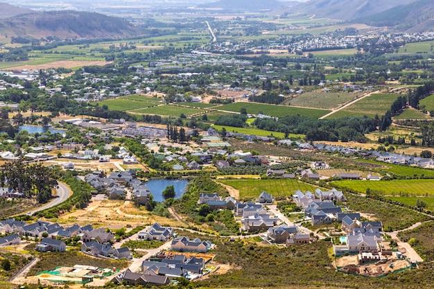 Dolina franschhoek ze słynnymi winnicami, luksusowymi posiadłościami i otaczającymi górami, republika południowej afryki