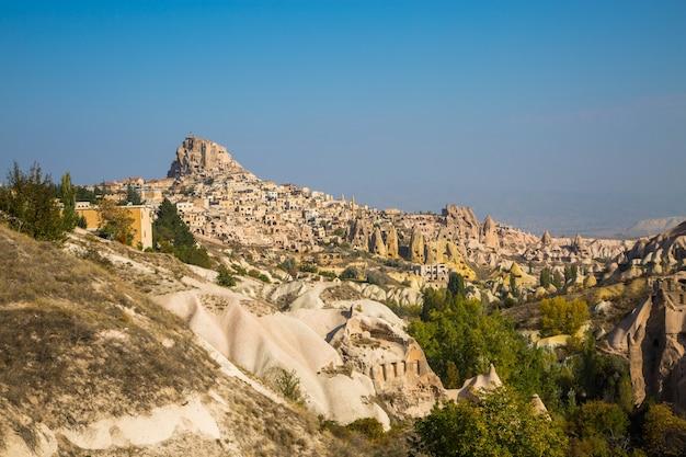 Dolina gołębi panoramiczny widok w pobliżu zamku uchisar o wschodzie słońca, kapadocja, turcja. wysokiej jakości zdjęcie