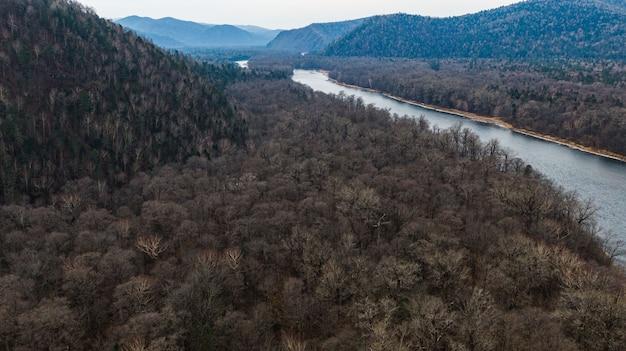 Dolina górskiej rzeki anyuy. terytorium chabarowska na dalekim wschodzie rosji.