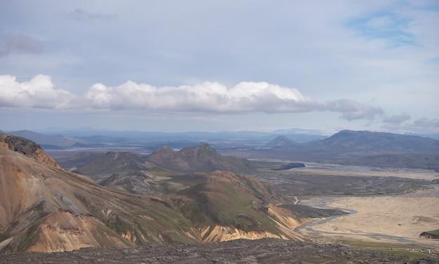 Dolina landmannalaugar. islandia. kolorowe góry na szlaku turystycznym laugavegur. połączenie warstw różnokolorowych skał, minerałów, trawy i mchu.