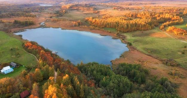 Dolina malskaya i jezioro gorodischenskoye w pobliżu miasta izborsk w obwodzie pskowskim w rosji podczas złotej jesieni. jesień krajobraz widok z góry.
