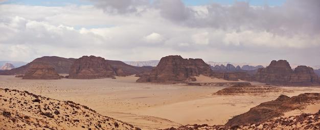 Dolina na pustyni synaj z wydmami i górami