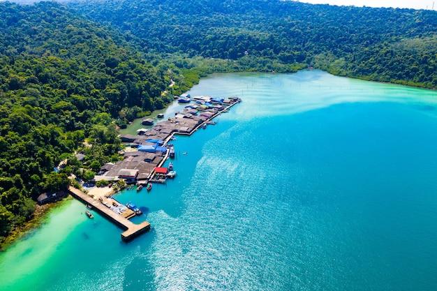Dolina rybacka między morzem a lasem i górami w koh kood na wschód od tajlandii.