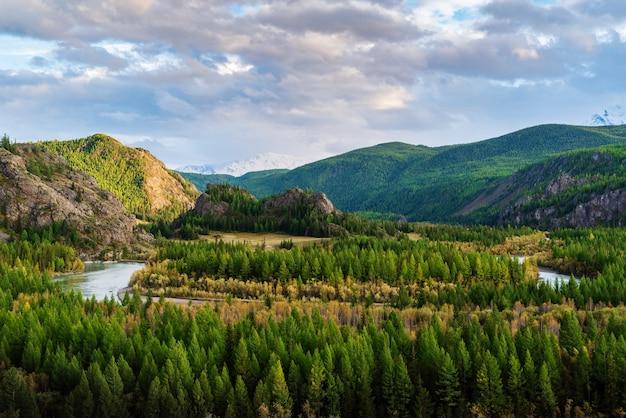 Dolina rzeki chuya, jesienny krajobraz górski. górski ałtaj, rosja