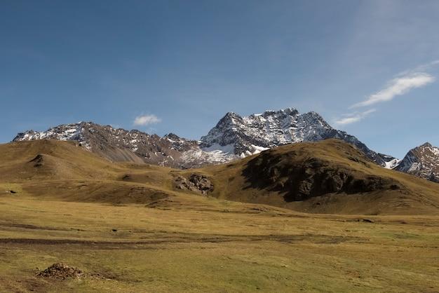 Dolina w paśmie andów, pośród jednej ze ścieżek do vinicunca (góry siedmiu kolorów), słynnego miejsca w pobliżu cusco