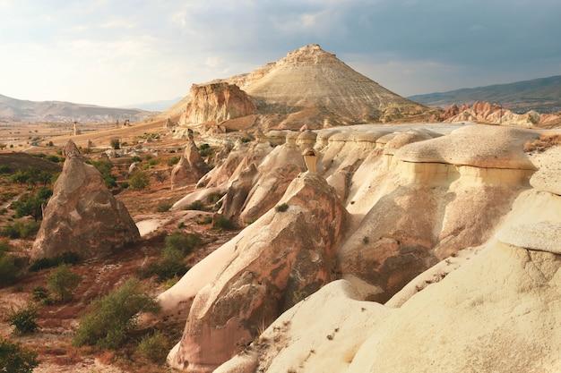 Dolina z piaskowatymi górami cappadocia, turcja. fantastyczny krajobraz.
