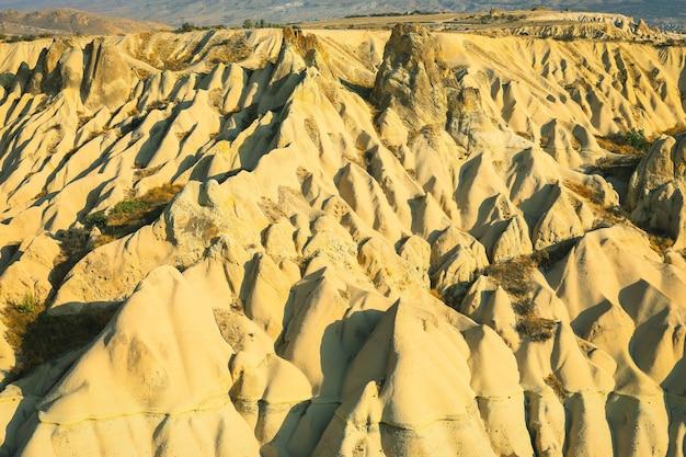 Dolina z piaszczystymi górami kapadocji. fantastyczny krajobraz.