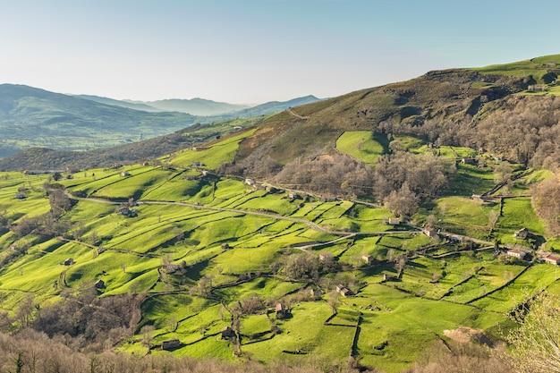 Doliny pasiegos znajdują się w głębi lądu kantabrii. hiszpania.