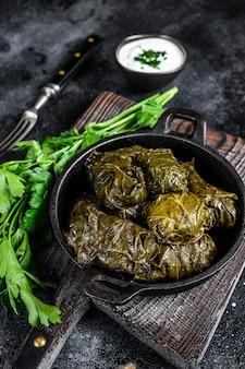 Dolma faszerowała liście winogron ryżem i mięsem