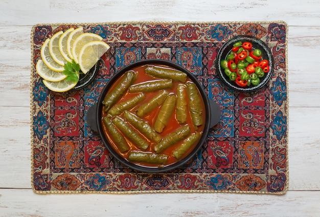 Dolma nadziewane liście winogron. kuchnia irańska.