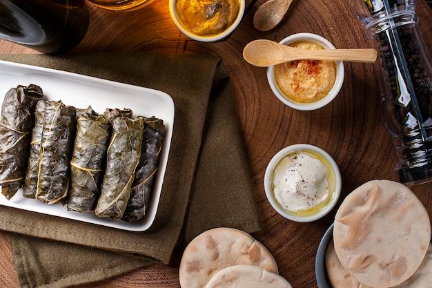 Dolma, sarma czy tureckie dolmades. tradycyjne danie śródziemnomorskie dolmadakia lub tolma. faszerowane liście winogron.