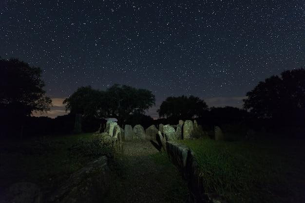 Dolmen z wielkiego dębu. nocny krajobraz ze starożytnymi prehistorycznymi dolmenami.