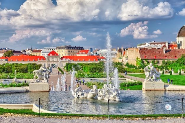 Dolny belweder. główny zespół pałacowy belvedere, fontanna i spacerowicze.wiedeń. austria.